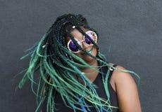 Afrikansk amerikankvinna med härliga Teal Green Blue Braids arkivbild