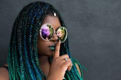 Afrikansk amerikankvinna med härliga Teal Green Blue Braids arkivbilder