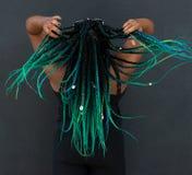 Afrikansk amerikankvinna med härliga Teal Green Blue Braids arkivfoto
