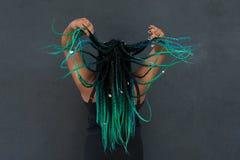 Afrikansk amerikankvinna med härliga Teal Green Blue Braids fotografering för bildbyråer