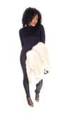 Afrikansk amerikankvinna med pälslaget över armen arkivfoto