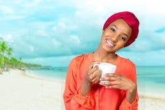 Afrikansk amerikankvinna som dricker te royaltyfri fotografi