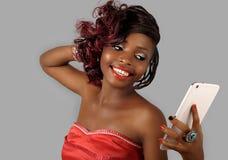 Afrikansk amerikankvinna som rymmer den digitala minnestavlan Fotografering för Bildbyråer