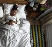 Afrikansk amerikankvinna som soundly sover arkivfoto