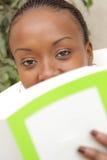 Afrikansk amerikankvinna som studerar och fungerar Arkivbilder