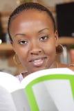 Afrikansk amerikankvinna som studerar och fungerar Arkivfoto
