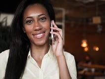 Afrikansk amerikankvinna som talar på en mobiltelefon - svarta människor Arkivbilder