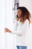 Afrikansk amerikankvinna som talar på en mobiltelefon - svarta människor Royaltyfria Foton