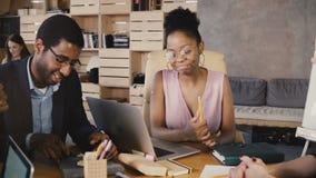 Afrikansk amerikankvinnaledaren motiverar anställda Det kvinnliga framstickandet leder och ger anvisningar på affärsmötet 4K lager videofilmer