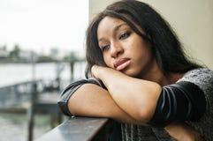 Afrikansk amerikankvinnan sitter hänsynsfullt arkivbilder