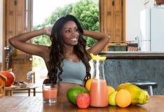 Afrikansk amerikankvinnan tycker om frukter efter sportar fotografering för bildbyråer