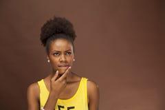 Afrikansk amerikankvinnan visar sinnesrörelse till och med ansikts- särdrag Arkivbild