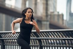 Afrikansk amerikankvinnaspring i New York City på morgonen fotografering för bildbyråer