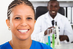 afrikansk amerikanläkarundersökningforskare Fotografering för Bildbyråer