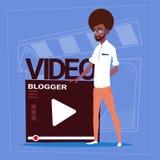 Afrikansk amerikanman över Vlog för Blogger för Vlogger kanalskärm den moderna videopd skaparen royaltyfri illustrationer