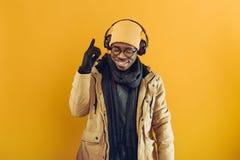 Afrikansk amerikanman i hörlurar som lyssnar till musik royaltyfri foto