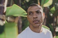Afrikansk amerikanman med fräknar utomhus royaltyfri bild