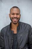 Afrikansk amerikanman med lyckligt uttryck på framsida royaltyfri foto