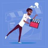 Afrikansk amerikanman som rymmer kanalen för Clapperboard den moderna videopd BloggerVlog skapare royaltyfri illustrationer