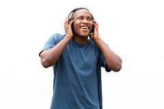 Afrikansk amerikanman som tycker om att lyssna till musik på hörlurar Royaltyfri Bild