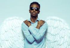 Afrikansk amerikanmannen med ängel påskyndar i solglasögon Royaltyfria Foton