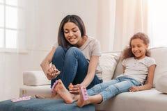 Afrikansk amerikanmoder och dotter som tillsammans gör pedikyr hemma Royaltyfria Foton