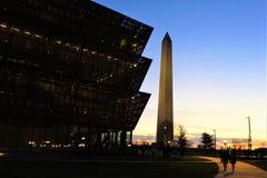 Afrikansk amerikanmuseum av Smithsonian och Washington Monument royaltyfri fotografi
