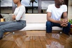 Afrikansk amerikanpar som separat sitter efter, grälar slut u arkivfoton