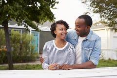 Afrikansk amerikanpar utanför deras nya hus Arkivbilder