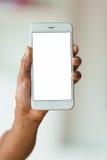 Afrikansk amerikanperson som rymmer en känsel- mobil smartphone - Bl Arkivbilder