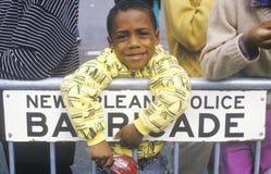 Afrikansk amerikanpojkebenägenhet på barrikaden, New Orleans, Louisiana fotografering för bildbyråer