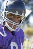 Afrikansk amerikanrugbyspelare som ha på sig huvudbonaden royaltyfria foton