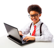 Afrikansk amerikanskolapojke med bärbara datorn Royaltyfri Fotografi