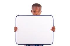 Afrikansk amerikanskolapojke som rymmer ett tomt bräde - svarta människor fotografering för bildbyråer