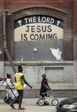 Afrikansk amerikanungar går vid en målad NYC-byggnad Fotografering för Bildbyråer