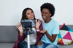 Afrikansk amerikanvlogger och blo för video för influencerflickainspelning fotografering för bildbyråer