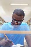 afrikansk arkivman som studerar barn royaltyfria bilder