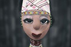 Afrikansk docka på mörk bakgrund Royaltyfri Fotografi