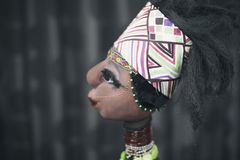 Afrikansk docka på mörk bakgrund Arkivbild