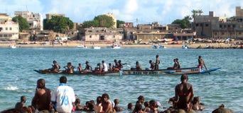 Afrikansk dugout i Dakar arkivbilder