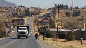 Afrikansk förort med den gamla lastbilen Royaltyfria Foton
