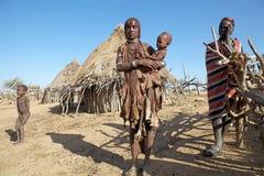Afrikansk familj på byn Arkivfoto