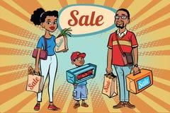 Afrikansk familjfarsamamma och son med shopping på försäljning Fotografering för Bildbyråer