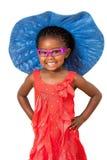 Afrikansk flicka med den stora blåa hatten. Arkivfoton