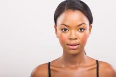 Afrikansk flicka med naturlig makeup Arkivbild