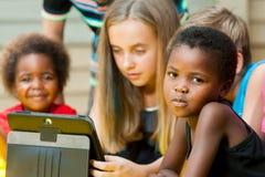 Afrikansk flicka med vänner. Arkivfoton