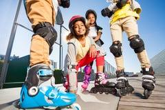 Afrikansk flicka på rullskridskor utomhus på stadion Royaltyfria Foton