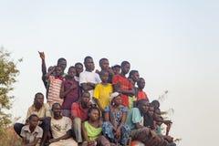 Afrikansk folkmassa som håller ögonen på en fotbolllek Arkivfoto