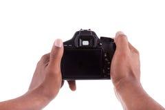 Afrikansk fotograf som rymmer en digital kamera Arkivfoto