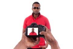 Afrikansk fotograf som tar studiobilder Arkivbild
